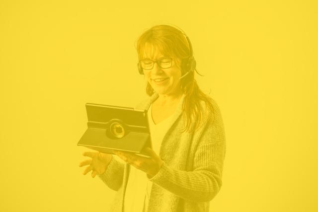 Inhousen buukkaus-ammattilainen puhuu puhelua kuulokkeet korvillaan
