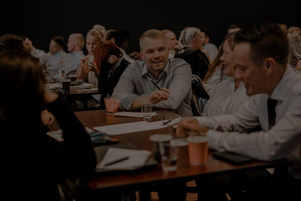 Inhouse Group tiimiläisiä workshopissa pöydän ympärillä